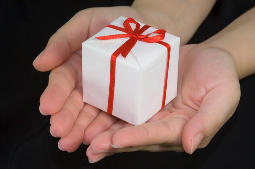 Оригинальное вручение подарка